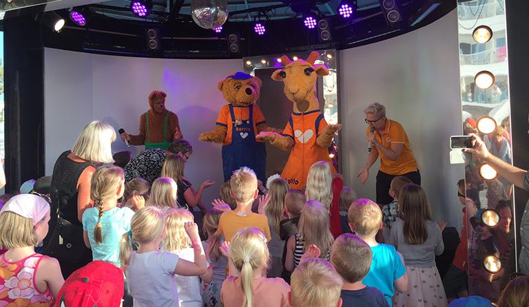 Bernie og Lollo samler mange barn til minidisco.