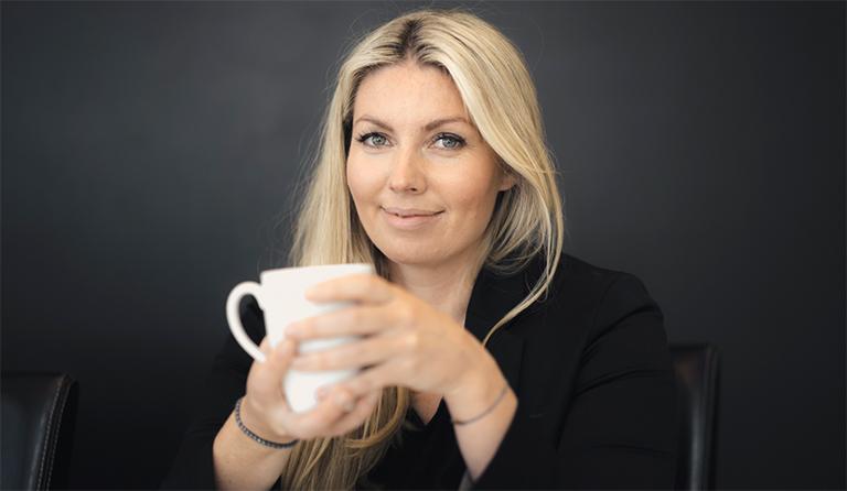 Cecilie Ystenes, profilert mental trener. Med te-kopp i hånda.