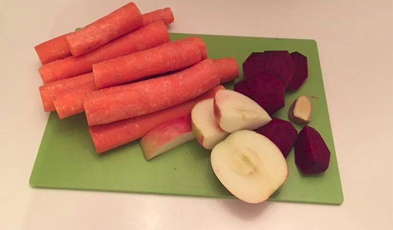 Gulerøtter, eple, ingefær og rødbeter.