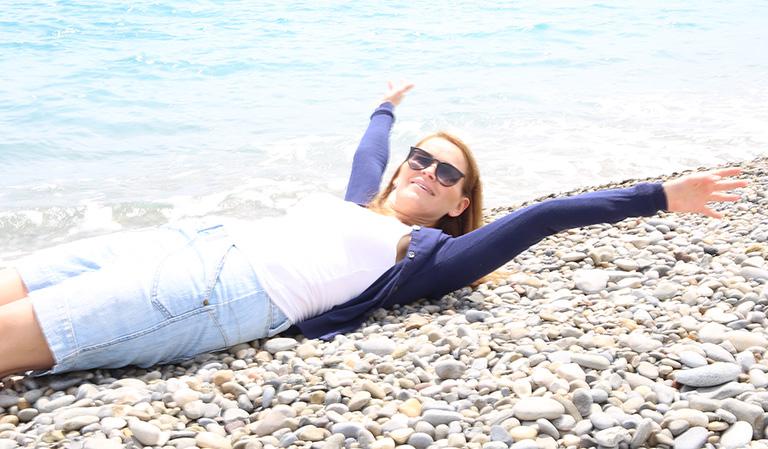 Yvonne på steinstrand