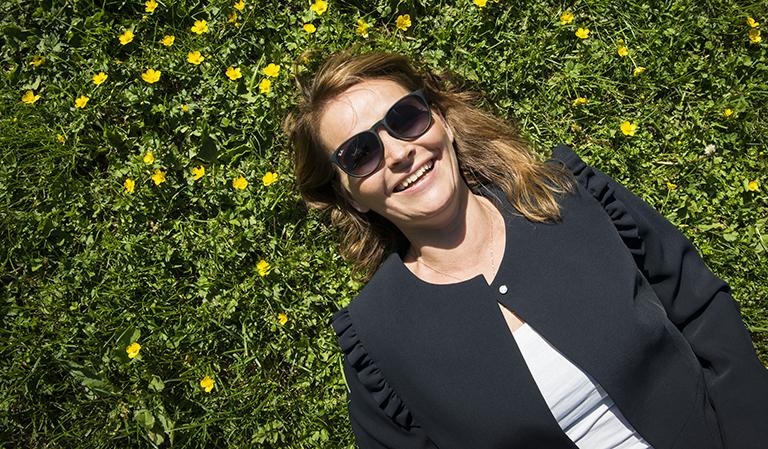 Yvonne på blomster-eng