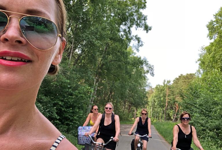 Jenter på sykkeltur.