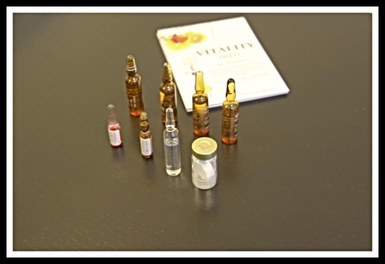 Små flasker med diverse vitaminer og mineraler.