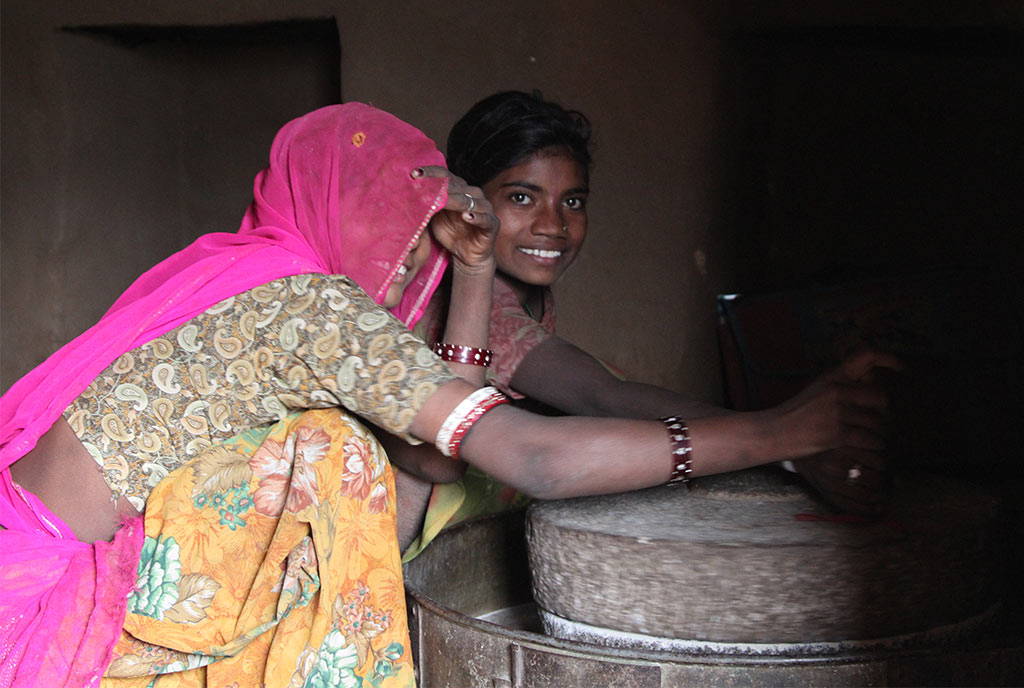 Vrouwen in India malen maismeel