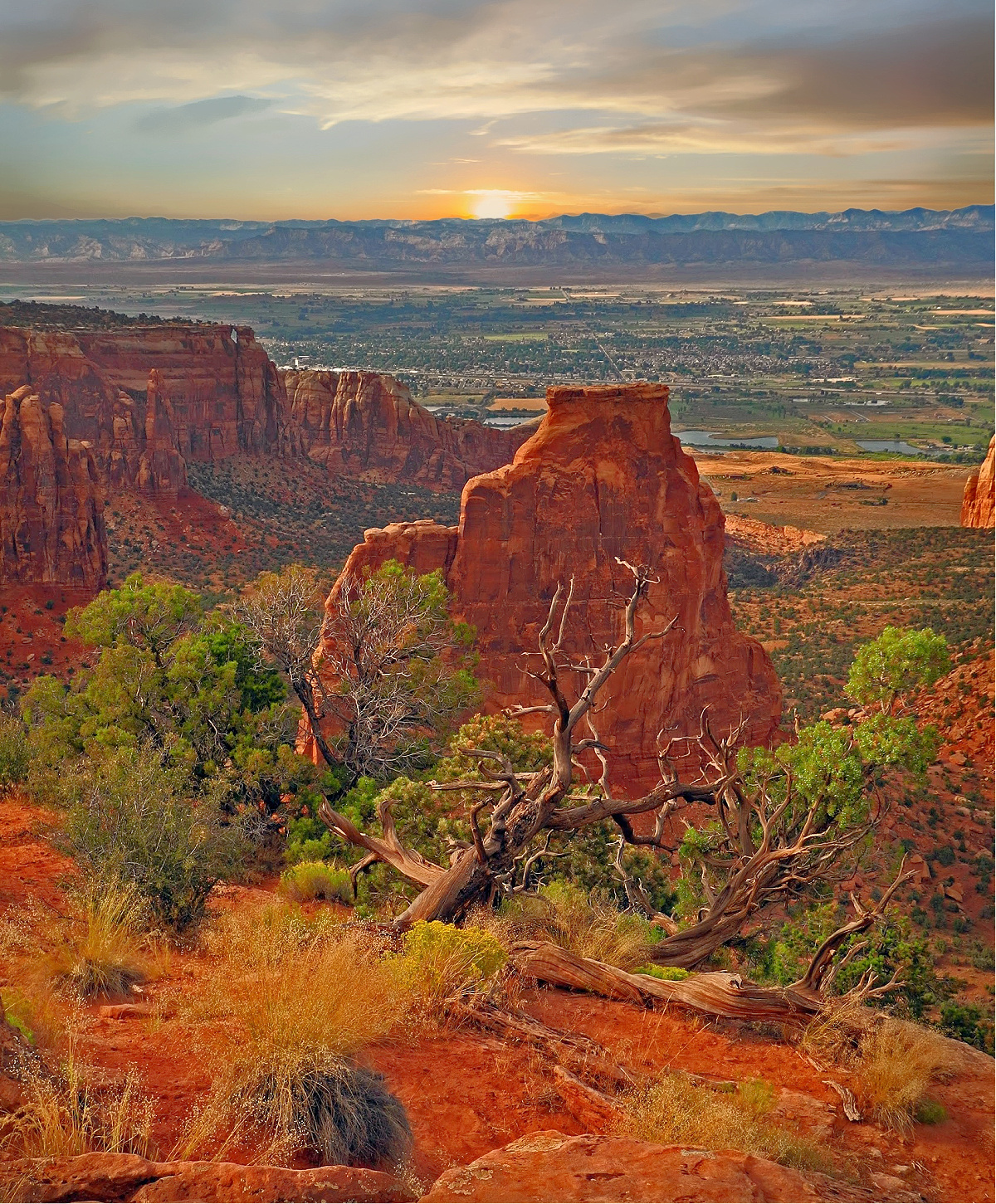 Wait for the sunset to take in even more breathtaking views of Colorado National Monument.