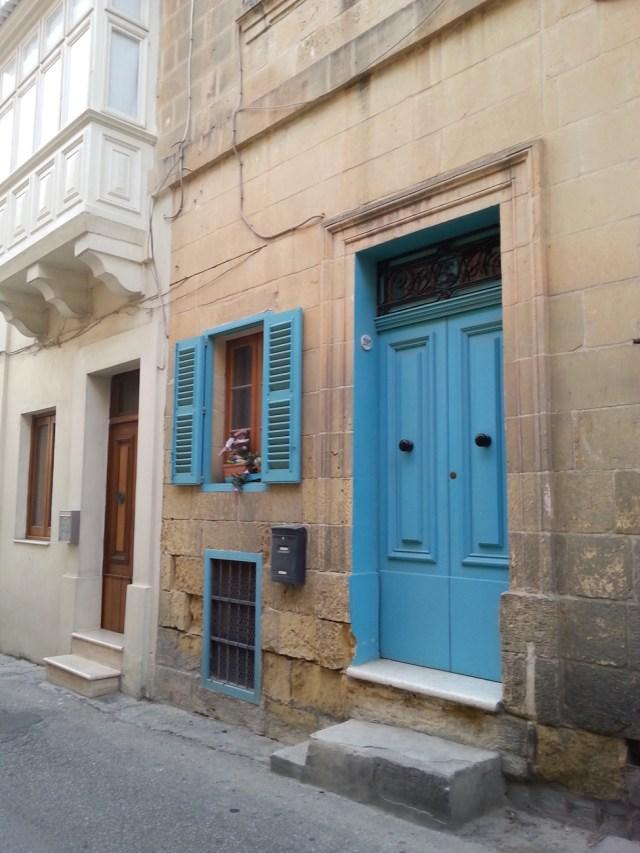 15 Malta błękitne drzwi stolarka architektura wapień