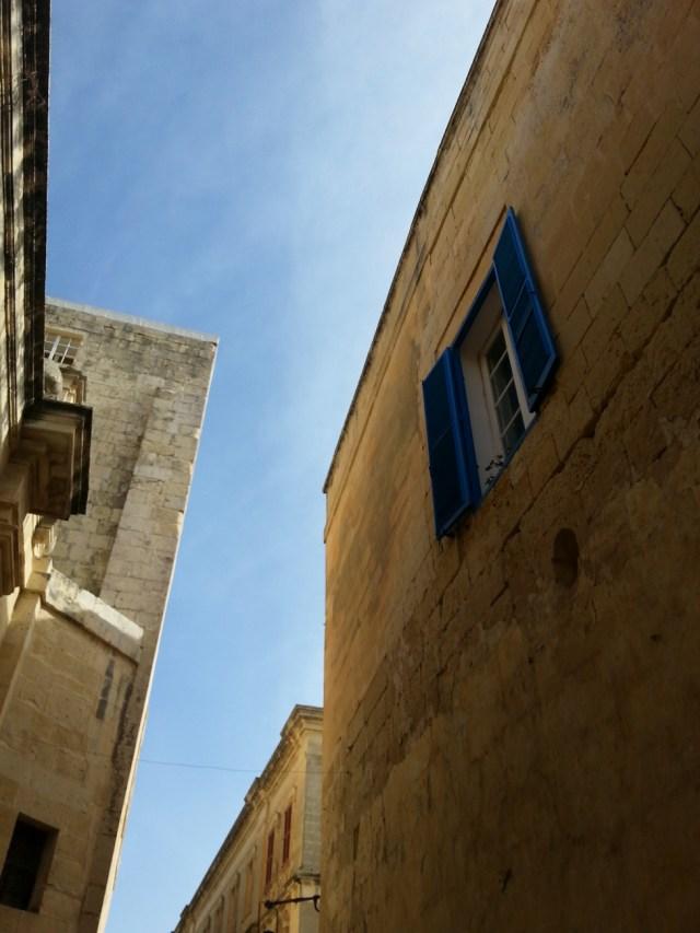 22 Malta niebieskie okiennice architektura wapień