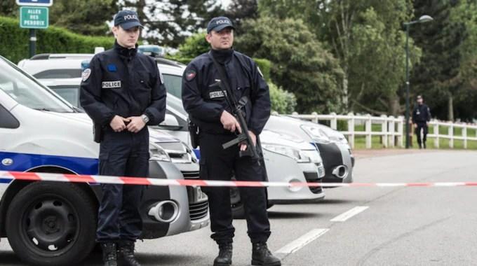 Polis på plats där mannen och hans sambo mördades. Foto: Christophe Petit Tesson / Epa / Tt / EPA TT NYHETSBYRÅN