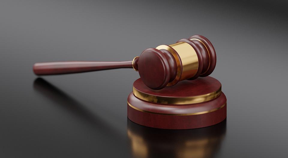 Dictan prisión preventiva contra empleada de Fiscalía de La Vega por sustracción vehículos chatarras