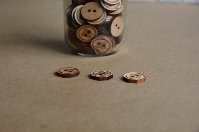 彫刻と裁断でこのような木製のボタンも作れます。