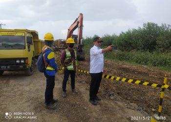 H. Bakri Meninjau Perbaikan Jalan di WKS