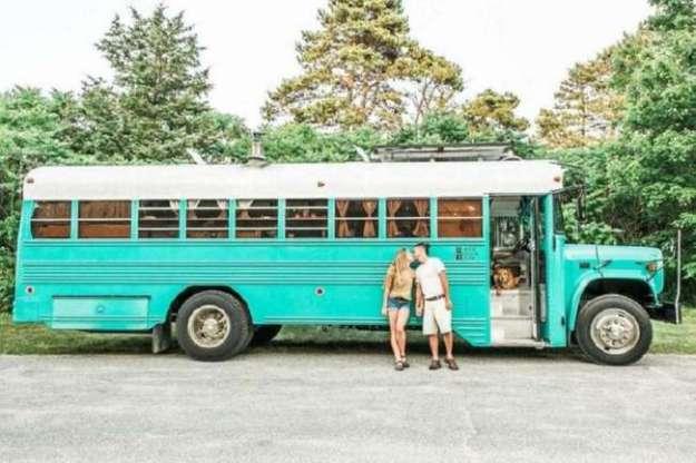 Дом на колесах из старого тюремного автобуса (13 фото)