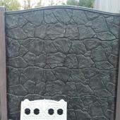 Окрашеный-забор-карпатский-камень