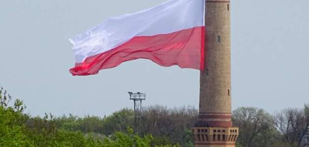 Świnoujście ZHR wiesza największą flagę Polski