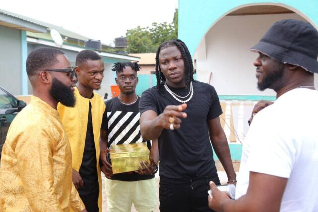 Global Music Awards Africa 2021: Stonebwoy Receives A Plaque