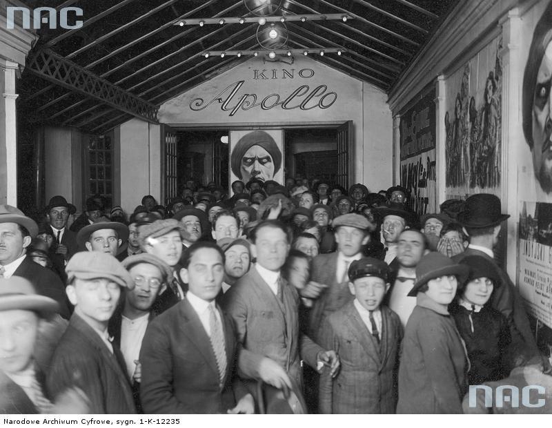 """Gdy kino się nie paliło, zdarzały się w nim tłumy widzów, jak w warszawskim """"Apollo"""" w 1926 roku (źródło NAC)."""