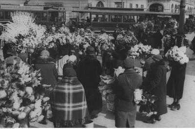 Handel przed Halą Mirowską w Warszawie, okres przedwojenny (źródło).