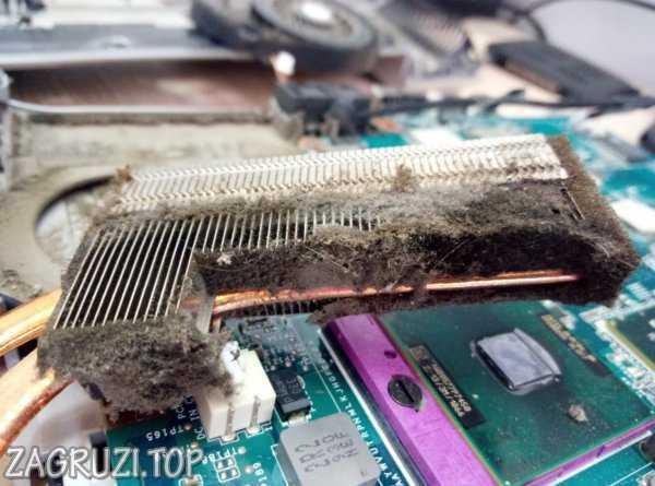 Toz bir dizüstü bilgisayar radyatörü attı