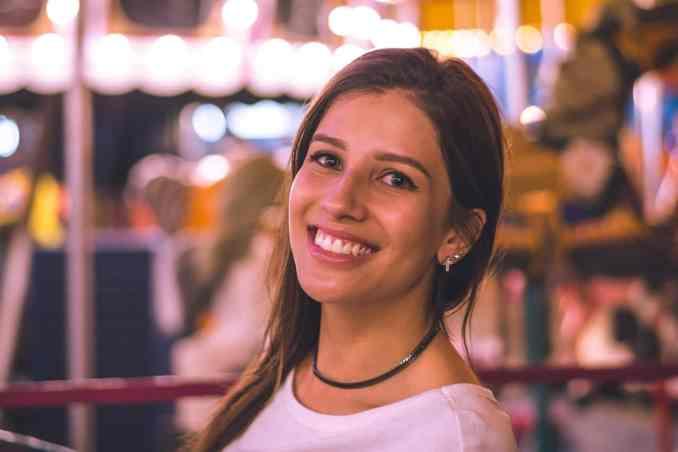 strahlendes Lächeln helle Zähne