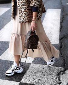 look femenino con ugly sneaker