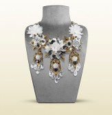 Gucci necklace with white flower motif 2