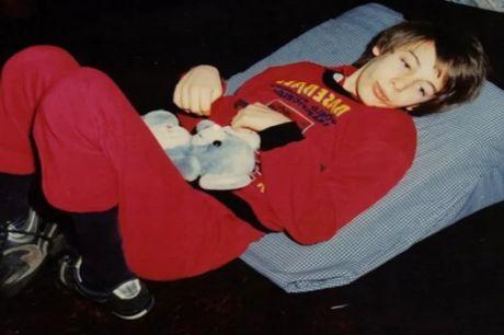 момче на легло