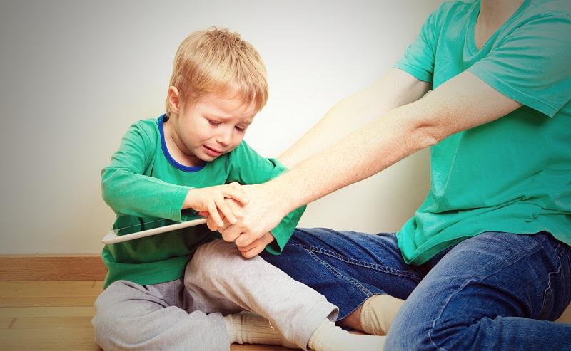 телефон в ръцете на деца