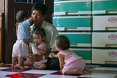 виетнамец с децата си