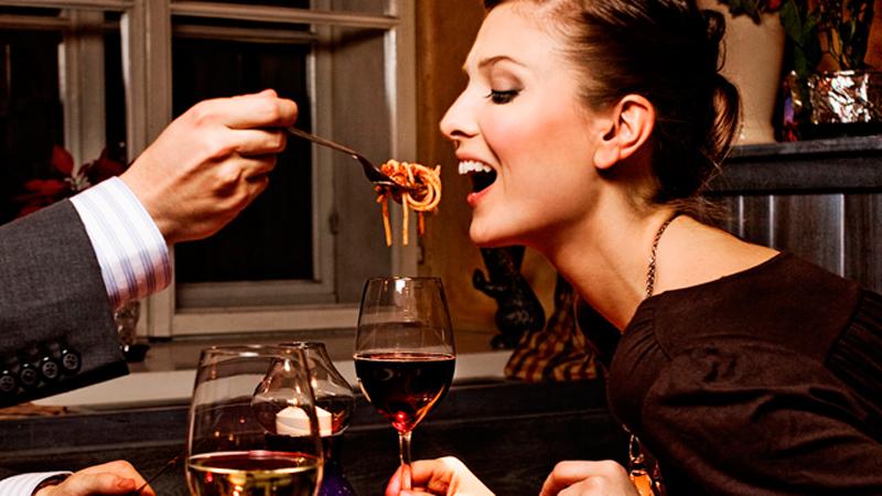 жена яде спагети