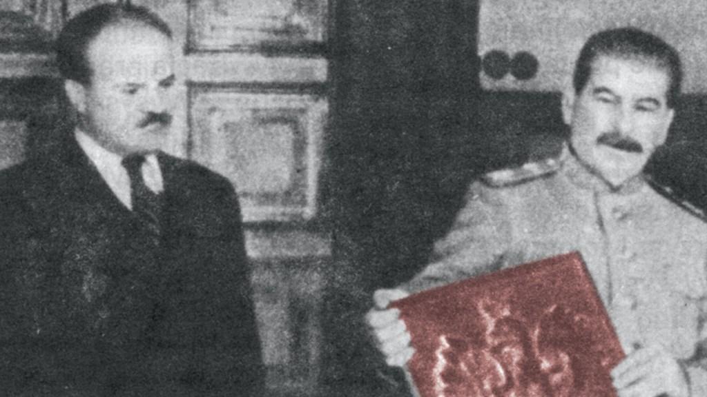 Stalin i Mołotow z godłem Polski