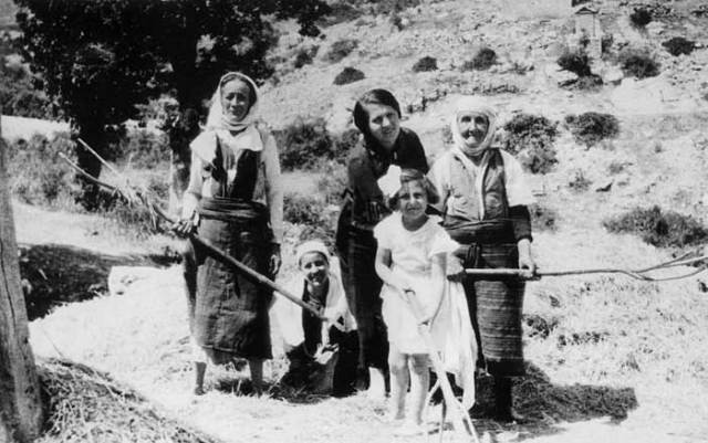 Artemis Batis Miron en famille aux champs à