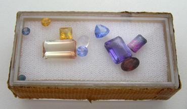 様々な色と形の宝石ルース、お客様のコレクション