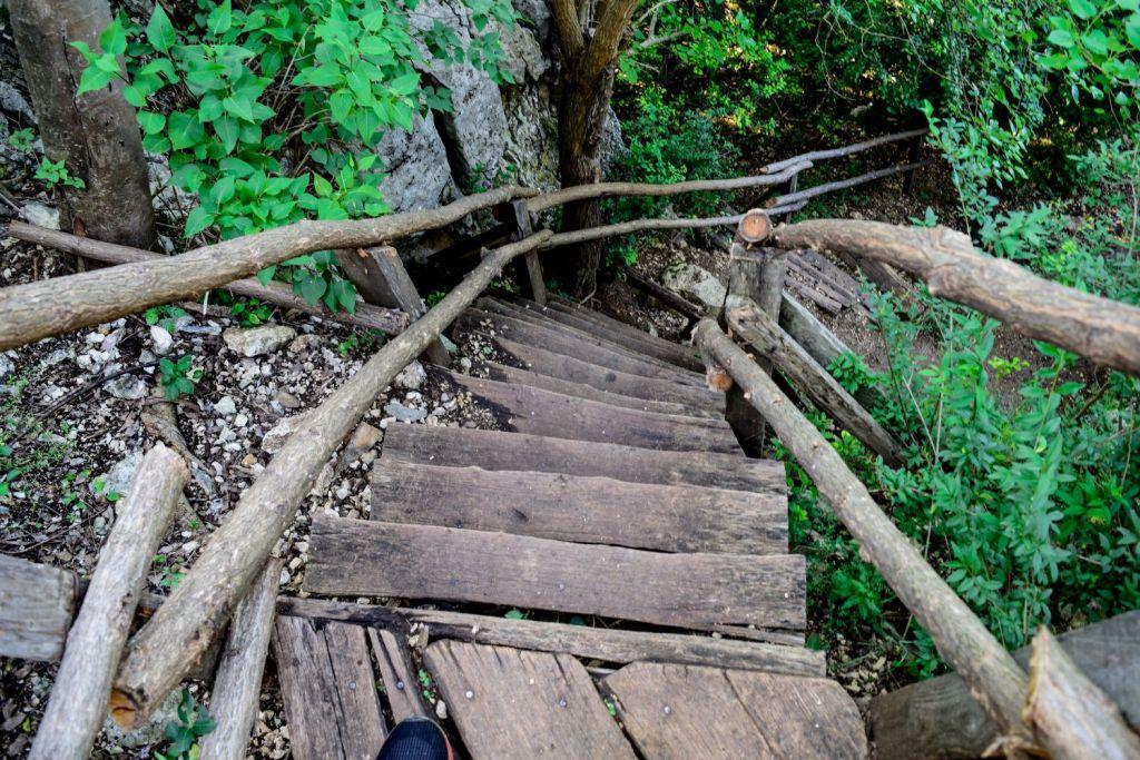 Стръмни и не много стабилно изглеждащи стълби