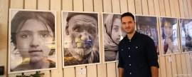 Arasch Zandieh vor seinen ausgestellten Fotos