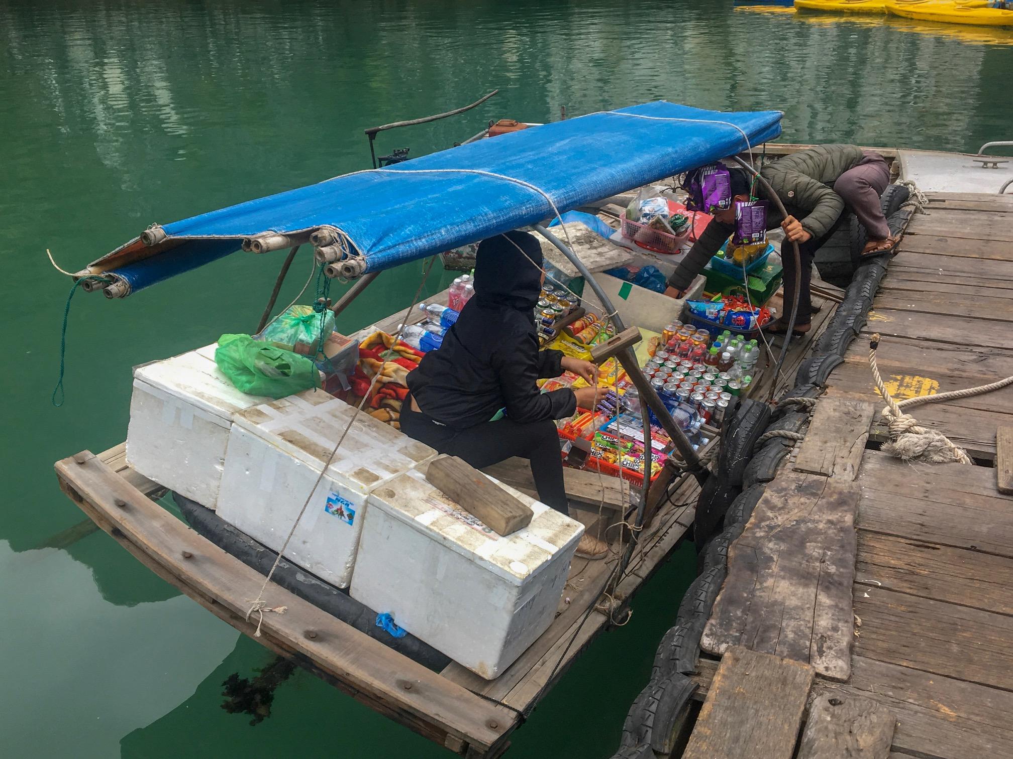 Canoa mercado nas águas de Halong
