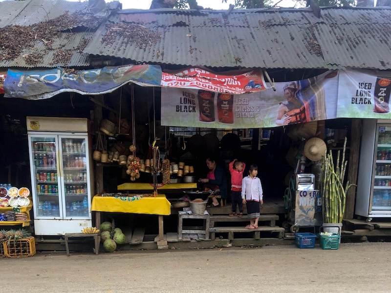 Barraca onde uma família vende frutas e bebidas