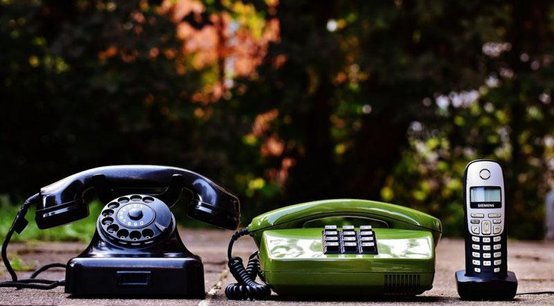 tárgyaló nő telefon füllel