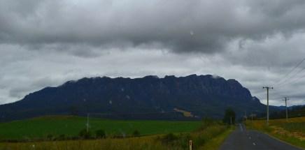 Mount Roland - Majestuosa montaña a lo lejos