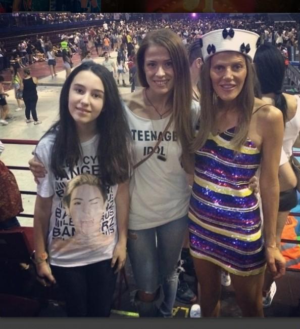 ФОТО: Каролина Гочева на концерт на Мајли Сајрус со ...