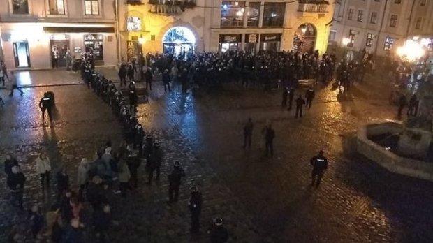 У центрі Львова вдруге побились футбольні фанати