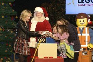 """The LEGO® Movie"" Star Elizabeth Banks Lights The World's Largest LEGO® Christmas Tree At LEGOLAND® California Resort! 2"