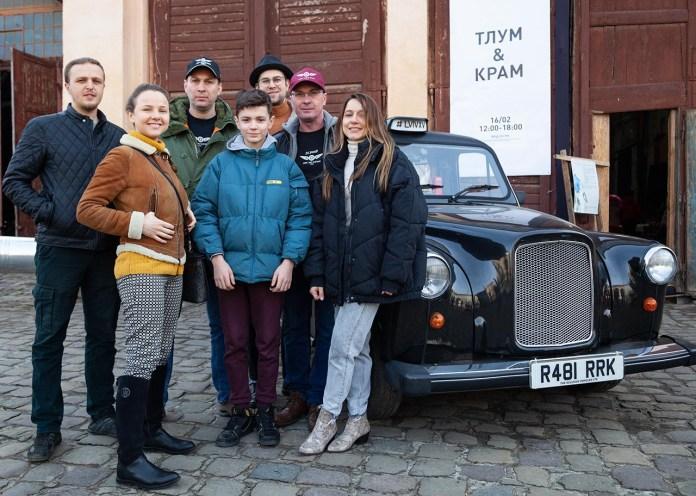 Члени Клубу ЗАЗ Козак на львівському блошиному ринку