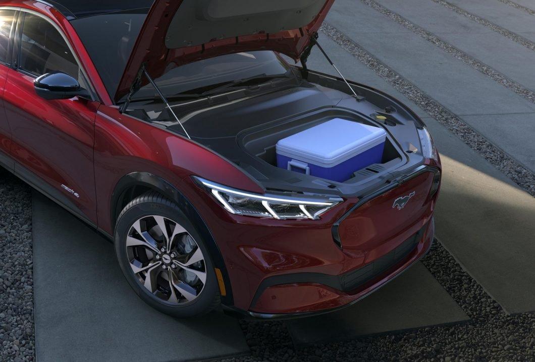 Na frente, o Mustang Mach-E traz um porta-malas de 136 litros