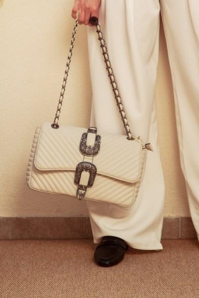 Τσάντα εκρού με αλυσίδα και διπλό κούμπωμα