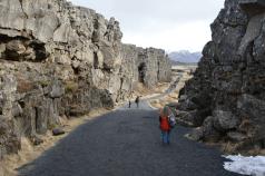 Spaziergang am östlichsten Rand von Nordamerika (Almannagjá in Þingvellir)