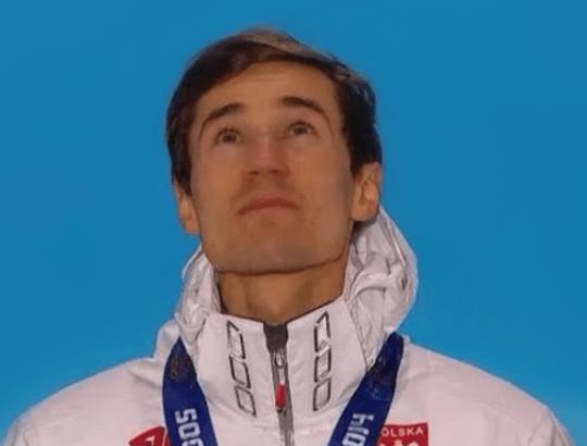 Kamil Stoch podczas dekoracji drugim złotym medalem igrzysk olimpijskich w Soczi 2014