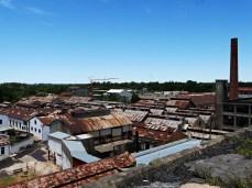 widok na fabrykę z dachu chłodni