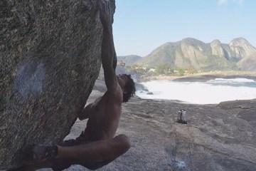 Rafael Passos continue ses croix à Oriente à Itacoatiara Beach (Rio de Janeiro), il réalise la première ascension d'un bloc coté 8a.
