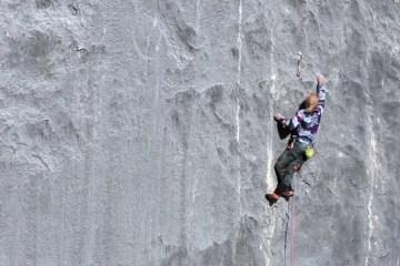 """A 56 ans, le grimpeur autrichien Beat Kammerlander est toujours au sommet de son art. Il réalise un nouveau projet de longue voie, """"Kampfzone"""", dans la chaîne de montagnes du Rätikon en Suisse."""