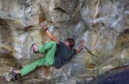 """image, A Cousimbert, près de Fribourg en Suisse, Pirmin Bertle réalise """"Drop a line"""", un très beau bloc en traversé coté 8c+."""